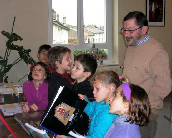 Jacques THOMAS entourant les écoliers
